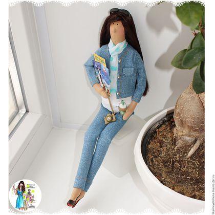 Купить или заказать Портретная кукла Тильда-турагент. в интернет-магазине на Ярмарке Мастеров. Кукла Тильда-турагент выполнена с портретным сходством по фото. Все атрибуты и аксессуары-фотоаппарат, чемодан, буклеты туроператоров, блокнот отражают профессию прототипа. На чемодане логотип турагентства, где работает заказчица. Прическа, одежда выполнены по фото. Оригинальный подарок на любой праздник!!! Подставка и подарочная коробка входят в стоимость.