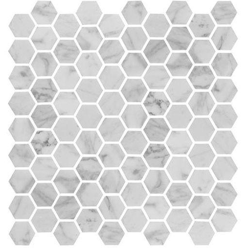 Marmormosaik i vit carrara. Finns på Stonefactory.se 770 kr/m2. Tillverkare: Bricmate. Ska finnas på badrumsgruppen och kakelspezialisten bland annat.