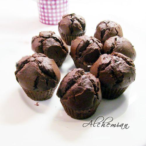 Muffin cioccolata e petali di rosa. Da: http://www.alchemianblog.com/2013/01/un-dolcino-al-giorno-muffin-di-san.html