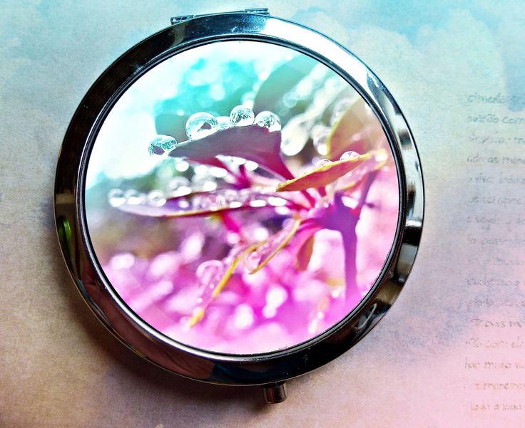 nostalgie po dešti milý i praktický dárek zrcátko s graficky upravenou vlastní fotkou, přikryté epoxy čočkou text na přání jakýkoli - jméno, monogram, citát vhodné i jako dárek při příležitosti svatby - pro družičky, svědkyni, svatební maminku... zrcátko - otevírací, průměr 70 mm, průměr motivu 57 mm, obsahuje 2 zrcátka - běžné a zvětšovací (kosmetické), ...