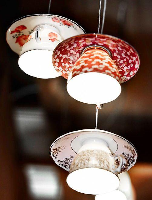 Dit wilden wij ook doen! Oude theekopjes gebruikt als lampenkapje. We zijn wel op zoek naar kopjes met groen en lila (voor bij onze blauwe regen)