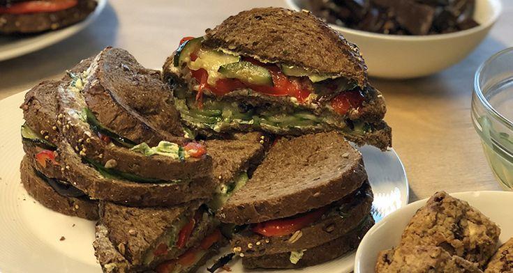 Deze vegan club sandwich maakte ik een tijdje geleden tijdens een kookworkshop en ik kreeg heel vaak het verzoek of ik het recept wilde delen dus bij deze. Dankzij de heerlijk geroosterde groenten mis je het vlees totaal niet.
