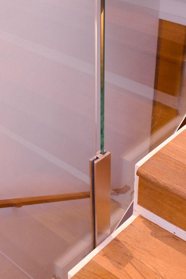 Detalle de nuestro soporte para vidrio templado, utilizado en baranda para vivienda.