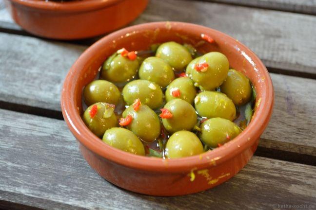 Marinierte Oliven mit Zitrone, Oregano und Chili