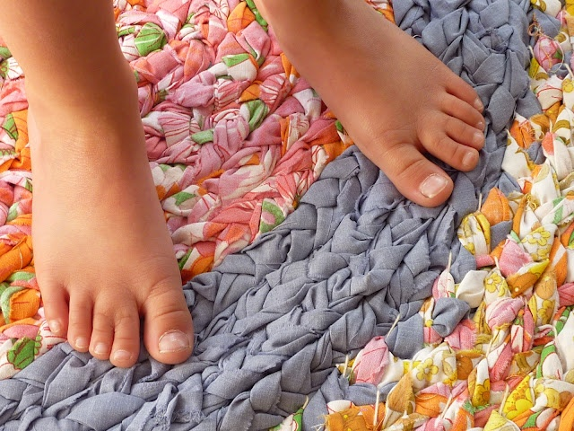 Making a braided rug!: Cool Rugs, Rag Rugs, For Kids, Terrif Projects, Old Sheet, Crafts Projects, Beds Sheet, Braids Rugs, Teen Crafts