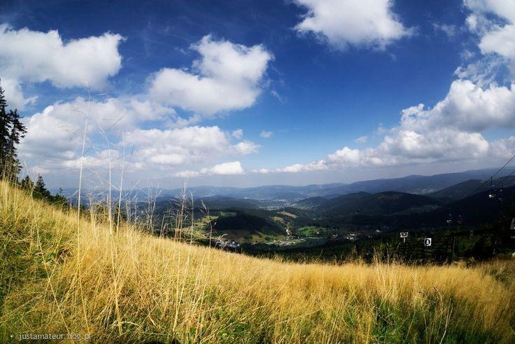 Czarną Górę znają przede wszystkim miłośnicy sportów zimowych, natomiast latem stanowi idealną bazę wypadową pod pobliskie szczyty. Wiosna i lato to doskonałe miesiące na aktywne chodzenie po górach i smakowania sudeckiej przyrody. Więcej o Czarnej Górze znajdziecie na http://diananoclegi.pl/pokoje-czarna-gora-noclegi