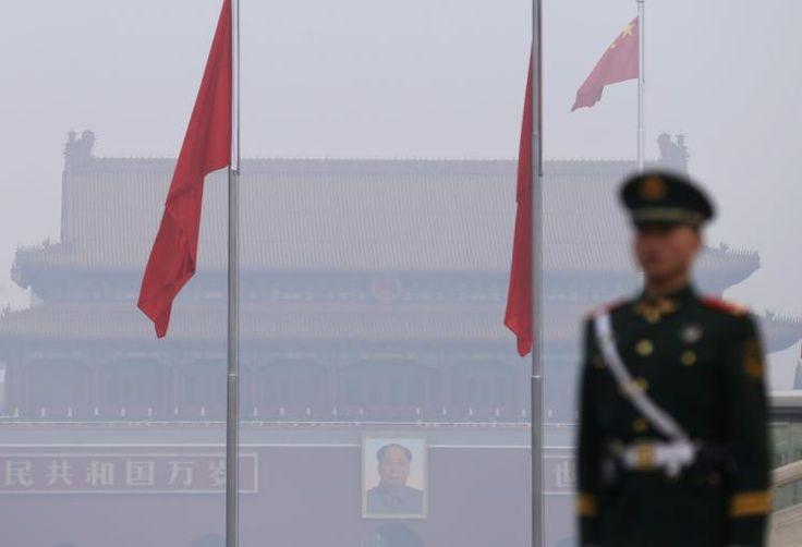 """Gefährlicher Smog: Der schlimmste Smog dieses Jahres hat Peking und andere Metropolen Chinas eingehüllt. Die US-Botschaft in der chinesischen Hauptstadt warnte am Freitag vor einer """"gefährlich"""" hohen Schadstoffbelastung. Die Sichtweite fiel mancherorts auf wenige hundert Meter. Mehr Bilder des Tages auf: http://www.nachrichten.at/nachrichten/bilder_des_tages/ (Bild: Reuters)"""
