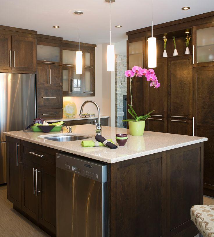 lgante cuisine contemporaine ouverte et illumine armoires de cuisine en merisier teint et comptoir