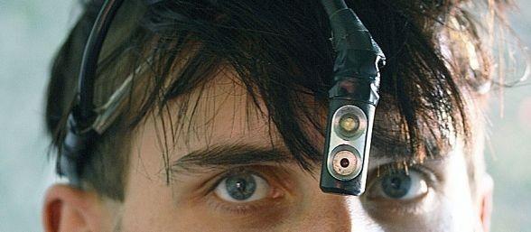 El británico Neil Harbisson lleva implantado en la cabeza un eyeborg que conecta cerebro y software