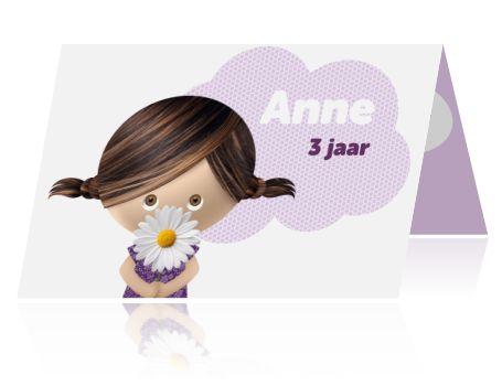 Uitnodiging verjaardagsfeestje meisje paars 3 jaar. Leuke uitnodiging voor een verjaardagsfeestje van een meisje, jaartal is aanpasbaar. Schattig meisje met vlechtjes en een bloem stralen op de voorkant van de kaart. Met een paarse wolk en meisje met een madeliefje.