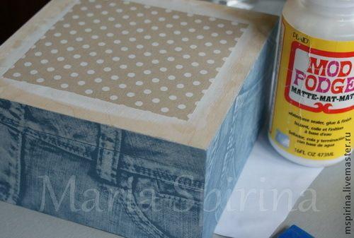 Я очень люблю имитации и сегодня я покажу вам как можно сделать коробочку с имитацией джинсы и белой тиснёной кожи. Для работы нам потребуется: Заготовка Старые джинсы Клей-лак для декупажа Малярная лента Самоотвердевающая масса Дарви-кидс Грунт акриловый Акриловая краска синяя Акриловая краска белая Замедлитель высыхания акрила Акриловый и полиуретановый матовый лак Битум неводный Таир…