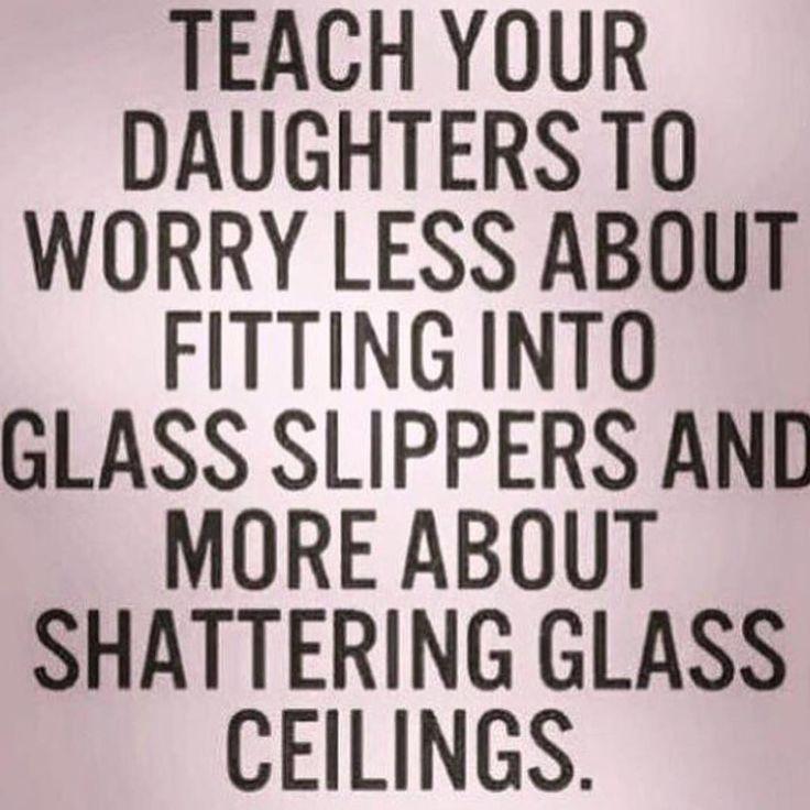Ensine sua filha a se preocupar menos sobre caber em sapatos de cristal e mais sobre quebrar tetos de vidro.