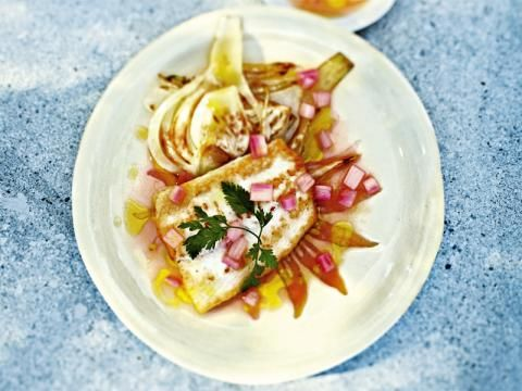Wenn Sie Fisch mögen, werden Sie diese Rezeptidee lieben: Steinbutt mit blanchiertem Fenchel, Rhabarber und Kerbel. Geeignet als leichtes, gesundes Diätrezept.