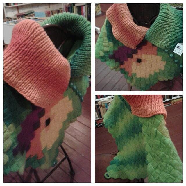 #byitu #huovutus #neuloosi #Mari #poncho valmis #konttineule #hahtuvalanka #värit #colors #väriilottelua #unique #uniikki #väriterapiaa #pirtinkehräämö #orvokki #pansy #viola #pirtinkehraamo