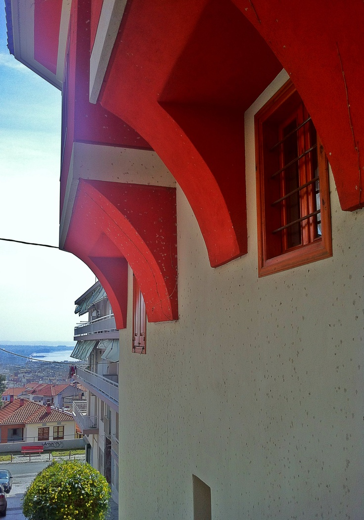 Having a good glimpse of the city below is almost inevitable when you walk around Ano Poli. All you have to do is turn your eyes towards the sea. (Walking Thessaloniki, Route 09 - Upper Town a)