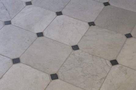 't Achterhuis heeft de echte antieke wit marmeren vloertegels op voorraad. Italiaans Carrara marmer. Bezoek onze onze 17.500m2 grote expo om zelf uw partij uit te zoeken.