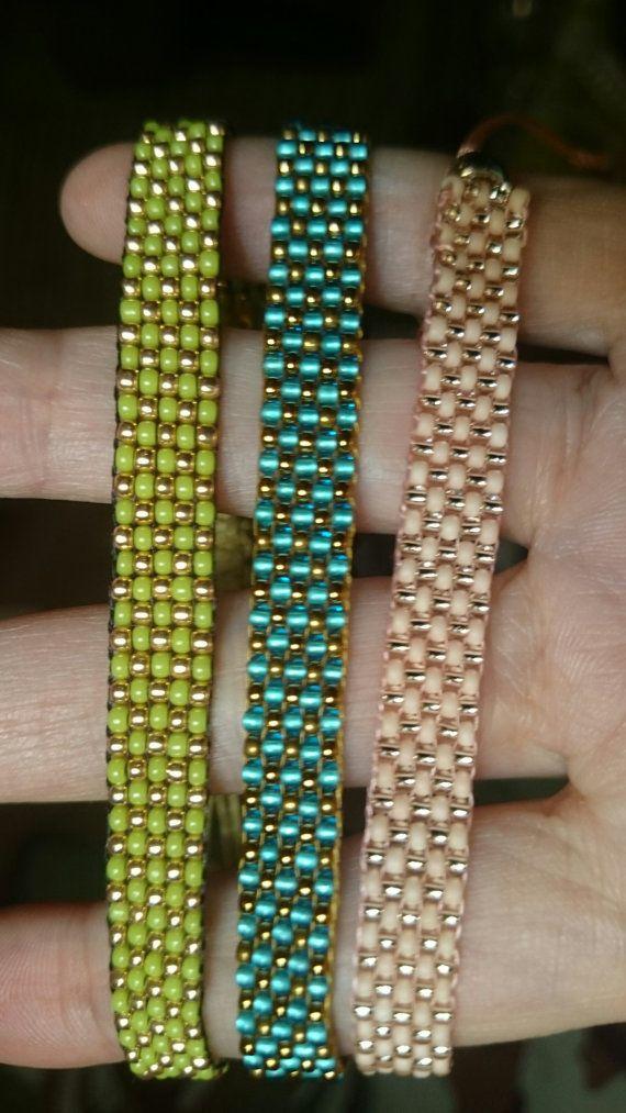 Perles de Rocaille Miyuki japonais pour ces bracelets que jai et perles de rocaille Toho (taille 11/0, env. 2 mm). En conclusion, jai un curseur fait de corde de bougie avec lequel vous pouvez ajuster les bracelets si facilement. La largeur des bracelets est ca. 0,8 cm.  Le prix est pour un bracelet.  Si vous voulez commander ce bracelet, sil vous plaît envoyer un message avec votre taille de poignet s.v.p. afin que je puisse faire le bracelet sur mesure pour vous !  Pour le bracelet que…