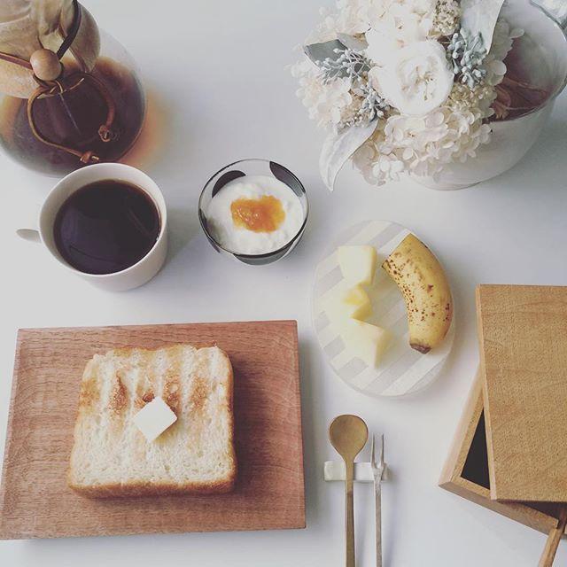 2017/01/11 10:18:43 taako_hibi おはようございます☺︎ 今日は鏡開きでみなさんちゃんとお汁粉を作ってらっしゃってすごい&素敵! 七草がゆもそうですが、家で習慣がなかったのでみなさんのお写真で季節を感じることが出来て、来年は挑戦しようかなぁと思うのでした。 そんな私は今日もパンとコーヒーで。 * * * #朝ご飯#朝食#朝時間#トースト#バルミューダ #バナナ#りんご#果物#フルーツ#ヨーグルト#コーヒー#ケメックス#cogu#高塚和則 さん#八木麻子 さん#辻和美 さん#イイホシユミコ さん#陶芸#うつわ#器#真鍮カトラリー#工房アイザワ#花のある暮らし #プリザーブドフラワー#日々#暮らし#シンプル