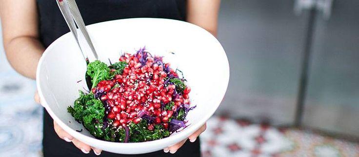 """Är du på jakt efter en fräsch lunch? Gör en varm """"super food-sallad"""" med grönkål. Testa receptet från Kocken i Klackar. – En perfekt rätt mitt i veckan, fast med lyxfärger, säger…"""