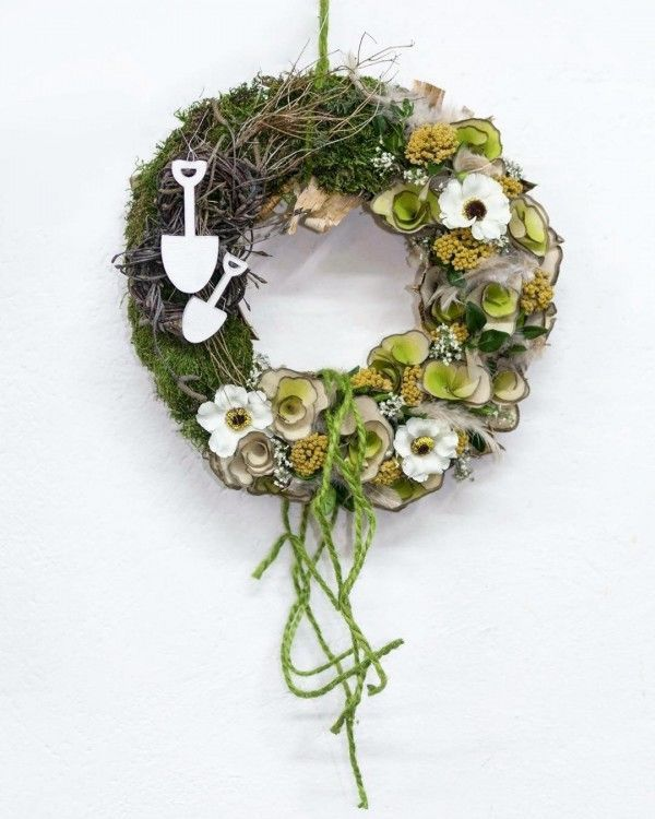 You have to see this #DIY spring wreath idea with lush greenery #HomeDecorIdeas @istandarddesign