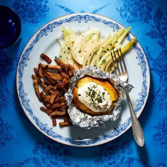 Gepoft, gesmoord en een tikje buitenlands. Recept - Gepofte aardappel met geitenroom, lamsreepjes en gesmoorde venkel - Boodschappenmagazine