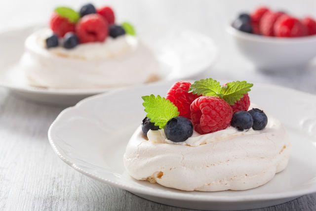Французское пирожное безе (меренга) может быть хрупким и рассыпчатым, нежным и тающим во рту, мягким внутри и хрустящим снаружи