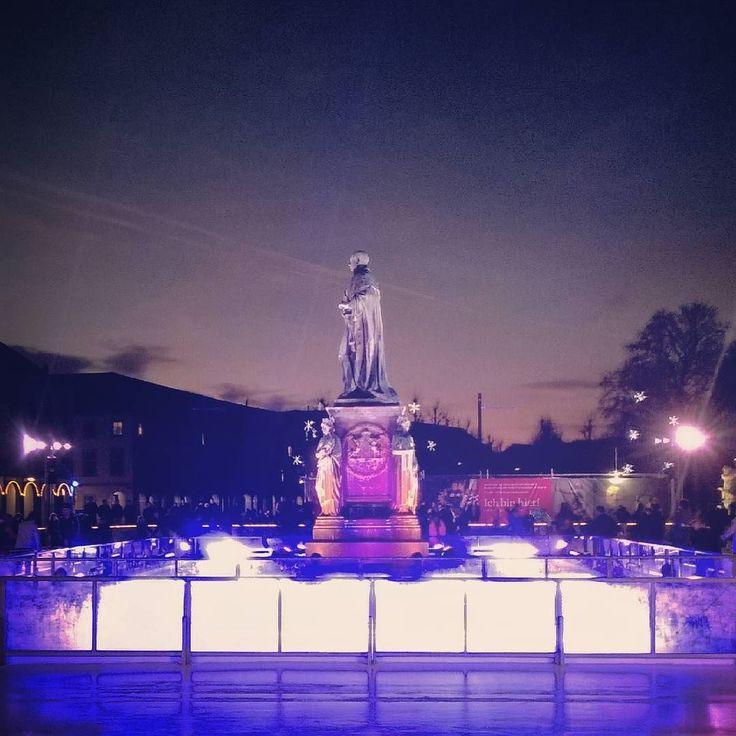 Das gute an der Kälte: perfektes #Wetter zum Schlittschuh laufen! Auf dem Schlossplatz könnt ihr noch bis 29. Januar eure Runden auf den Kufen drehen! Habt ihr es schon ausprobiert?  #visitkarlsruhe #visitbawu #karlsruhe #meinbw #placetobw #darkness #nightshot #statue #lights #nightout #exploremore #citynights #citylife #Eiszeit #stadtwerkeeiszeit #schlittschuhlaufen #explorethecity #karlsruherschloss #schlosskarlsruhe #stadterlebnis