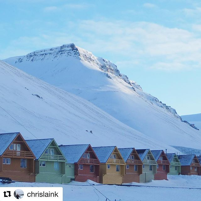#Repost @chrislaink with @get_repost  Love these small and colorful houses in Longyearbyen  #reiseliv #reisetips #reiseblogger