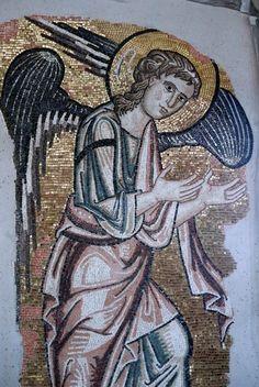 Um mosaico que representa um anjo, escondido na igreja construída onde Jesus Cristo nasceu, de acordo com a tradição cristã, foi descoberto graças a obras de restauração na Basílica da Natividade, em Belém.
