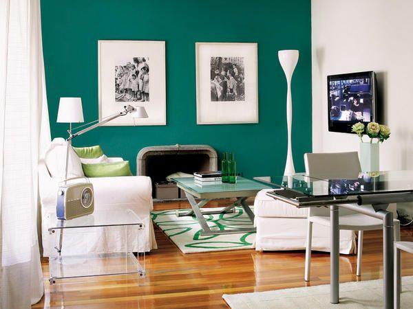 Decorado en verde y blanco. Mesa de centro elevable de Domus, alfombra y sofá de Ikea, lámpara de Vibia. La pared de la chimenea se destacó con pintura plástica de color verde pino ...