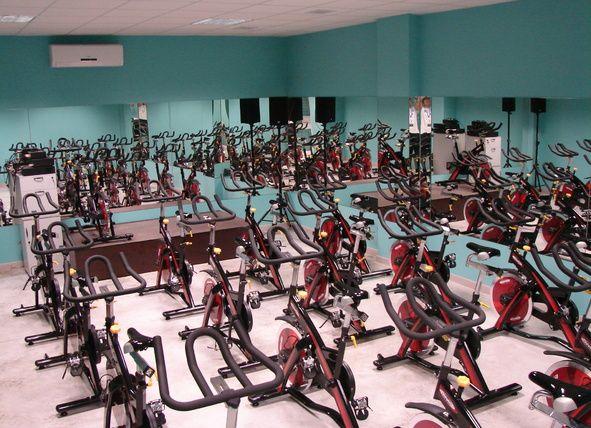 Freedom Fitness - ¿Te apetecería probar el #spinning? En este #gimnasioensevilla podrás disfrutar de unas completísimas instalaciones y practicar este deporte que cada vez tiene más adeptos! ¡Anímate a entrenar!