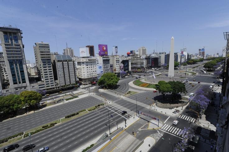 Inusual vista de la avenida 9 de Julio semi vacía ayer, desde la terraza del NH Hotel a las 13.37. Toma hecha con una cámara Nikon D3S y lente nikkor 14-24 por el fotógrafo de Clarín Carlos Sarraf.