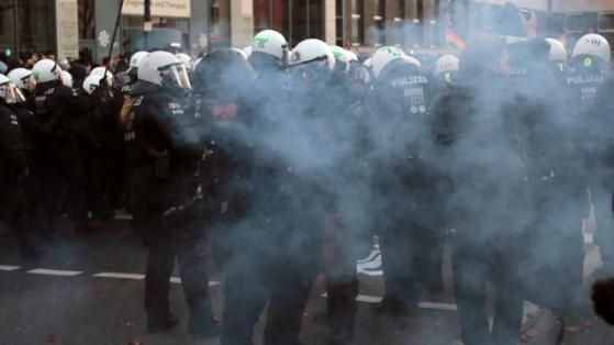 Wegen asozialen Verhaltens: Polizei löst Pegida-Demo in Köln auf http://www.bild.de/regional/koeln/sex-uebergriffe-silvesternacht/polizei-beendet-demo-nach-boellerwuerfen-44083054.bild.html