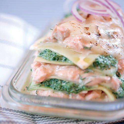 Lasagne met zalm en spinazie, uit het kookboek 'Pasta & lasagne' van Aude de Galard. Kijk voor de bereidingswijze op okokorecepten.nl.
