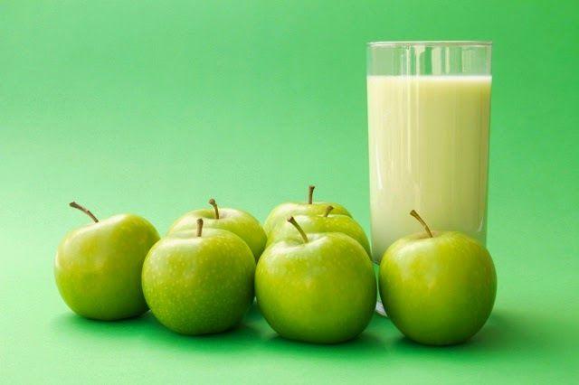 Jugo de manzana para perder peso, 1 manzana verde pelada, 1 cda de linaza, 1 vaso y medio de agua, miel de abeja, Licuar y beber en ayuna o como cena antes de dormir y no comas nada más. Este jugo debes beberlo con el estómago vacío, si deseas cenar algo más, hazlo una hora y media antes de tomar este jugo.