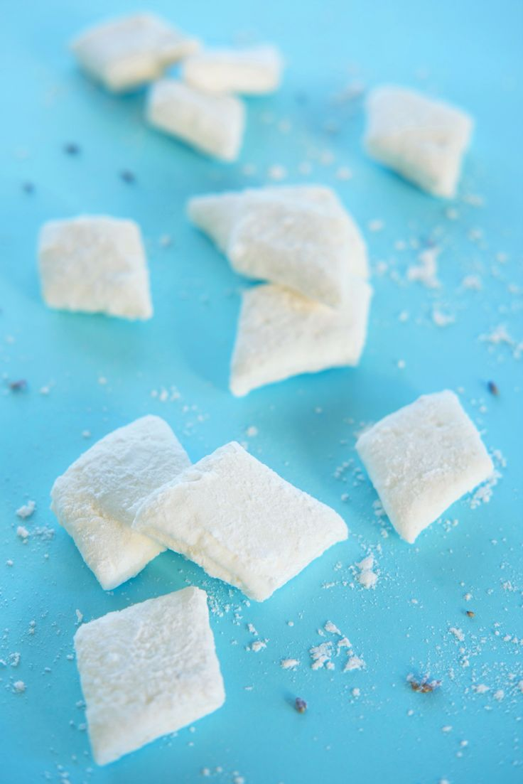 Hjemmelaget Halloween-godteri på 1-2-3! Lag marshmallows til knask eller knep. De skylette sukkerfluffet er svært enkle å lage, og smaker utrolig godt med vanilje eller fruktpuré. Lag en stor porsjon, dette er snop alle vil elske! http://www.gastrogal.no/marshmallows/  #Dessert, #Godteri, #Halloween, #HjemmelagetGodteri, #Marengs, #Marshmallow, #Marshmallows, #Snop, #Vanilje