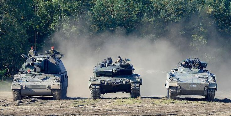 """Conventional is what the currently largest German tank to: The """"2000 tank"""" (here on the left) misses NATO ammunition caliber 155 mm."""
