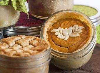 mini pies in mason jars... fall / autumn wedding treats!
