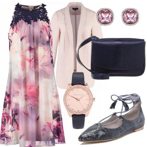 Outfit composto da vestito morbido a fantasia floreale nei colori blu e lilla, blazer chiaro, ballerine a punta lace up a fantasia pitonata, tracolla blu con trama a rettile, orecchini lilla e orologio con cinturino blu.