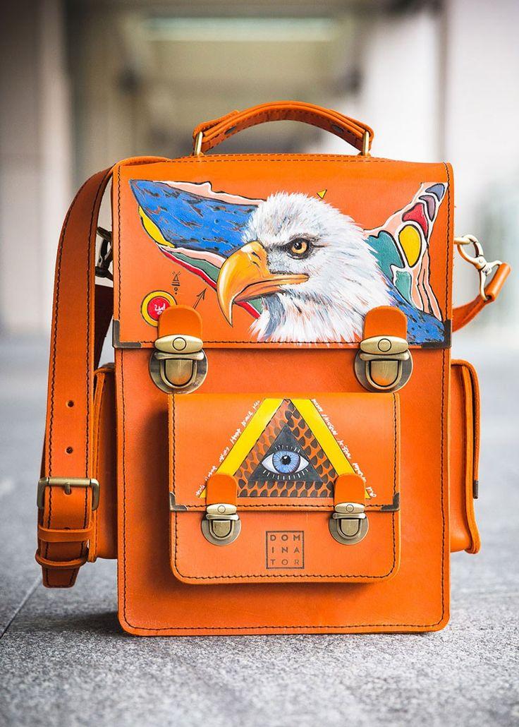 The messenger bag is 100% handmade. The print is also produced by hand using a pyrogravure technique. With such a messenger bag you are sure to be noticed, it is approved by Dominators. #guindaste #impressão #feito #à #mão #homem #teste #padrão #satchel #vintage #ombro #dia #dos #mortos #personalizado #étnico #águia #olho