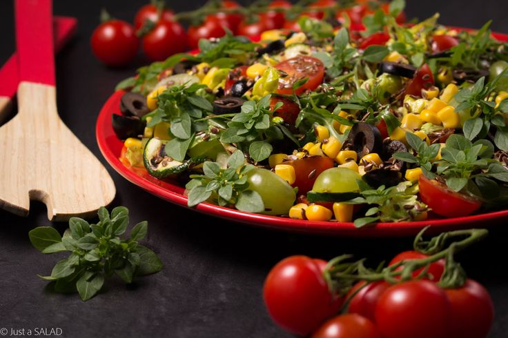 BAZYLIOWY PLENER. Sałatka z grillowaną cukinią, kukurydzą, oliwkami, pomidorkami, winogronami, siemieniem lnianym i bazylią.