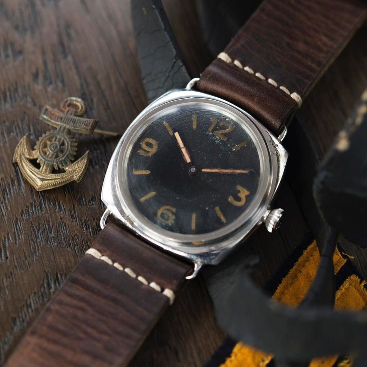 Live now a very rare wartime @panerai Type D/E Reference 3646 with an unusually signed @rolex 618 movement. Seemingly having slipped through the process of anonymisation it retains its case-back stamps and the original Rolex-signed movement bridges. This makes it very rare because by this point Rolex had replaced the bridges with anonymous versions. It has a brass dial with painted Radium hour markers and Arabic numerals. It was probably assembled in 1944 during or after the occupation of…
