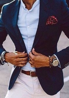 Si buscas un estilo adecuado y a la moda, casa un blazer azul marino con unos pantalones blancos.
