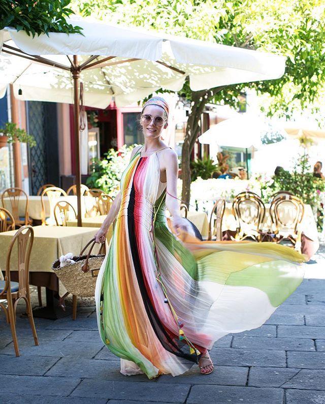 Все окурки платьем собрала! Сегодня гуляли по Сан-Ремо, знакомому каждому советскому человеку городу; всего час с небольшим езды от Ниццы, а совсем другая жизнь! Бельевые веревки между окнами, беспроигрышная кухня в каждом кафе, обшарпанные дома и детские магазины на каждом углу! Это Италия!