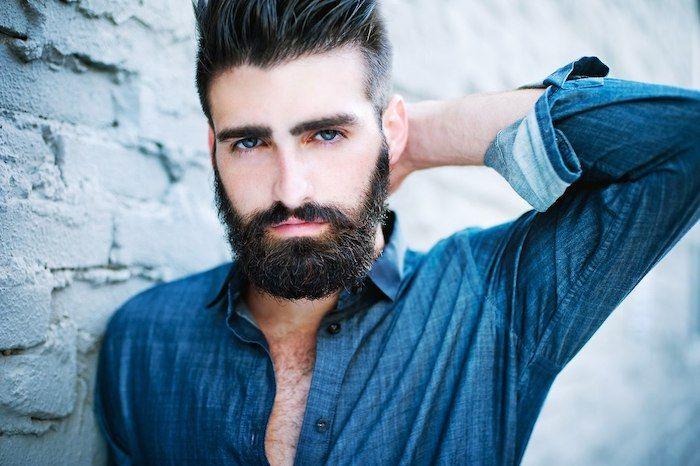 barttypen bart stylen schwarzer bart ideen jeans hemd idee blaue augen männer mit stil stilvoll