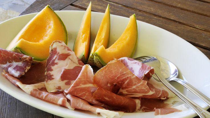 Skinke og melon - Bruk Cantaloup-melon (den lysegrønne med oransje fruktkjøtt som du finner overalt.) Her er det helt essensielt at du finner en god melon. Hvis du ikke kan lukte den gjennom skallet – lag noe annet. God spekeskinke skal ikke være for salt, være godt lagret, og har god smak på fettet. I tillegg er det viktig at den er skåret flortynt, helst rett før servering, og at den er temperert (ikke er kjøleskapskald) når den spises.