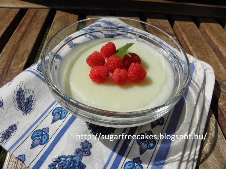 Lowcarb rice pudding with fruit.