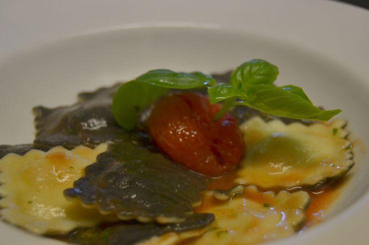 Ravioli di branzino con pomodoro fresco e basilico.