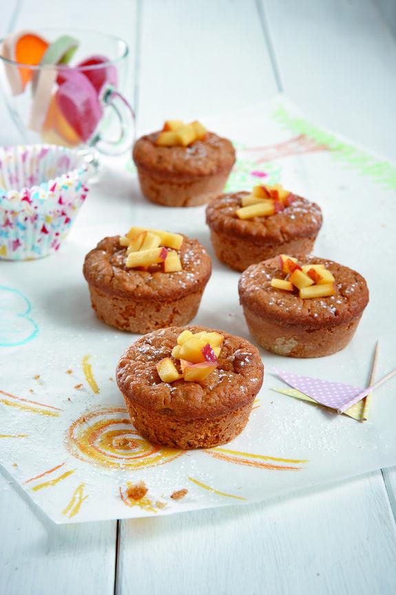 Υγιεινά κεκάκια με μπόλικο μήλο ή ροδάκινο, λίγη καστανή ζάχαρη και νιφάδες βρώμης. Είναι κατάλληλα για κολατσιό ή για συνοδευτικό του καφέ, θα τα αγαπήσουν μικροί και μεγάλοι.