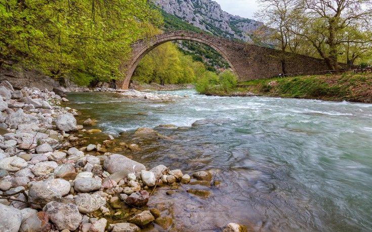 Ή αλλιώς γεφύρι της Πόρτας. Είναι ένα μονότοξο λίθινο γεφύρι επί του Πορταϊκού και απέχει περίπου 20 χιλιόμετρα από τα Τρίκαλα. Γεφυρώνει τα βουνά Ίταμος και Κόζιακας και θεωρείται έργο του Αγίου Βησσαρίωνα. Είναι ένα γεφύρι πρόσφατα συντηρημένο.